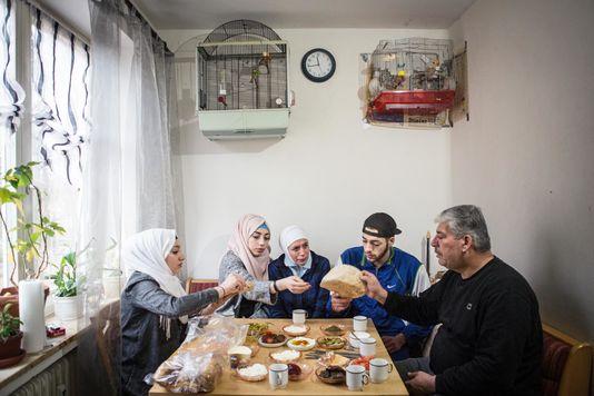 5087556_6_0a70_la-famille-syrienne-abou-rashed-dans-son_927c6a4d8a55c8b1912aa595f5b6c1e1