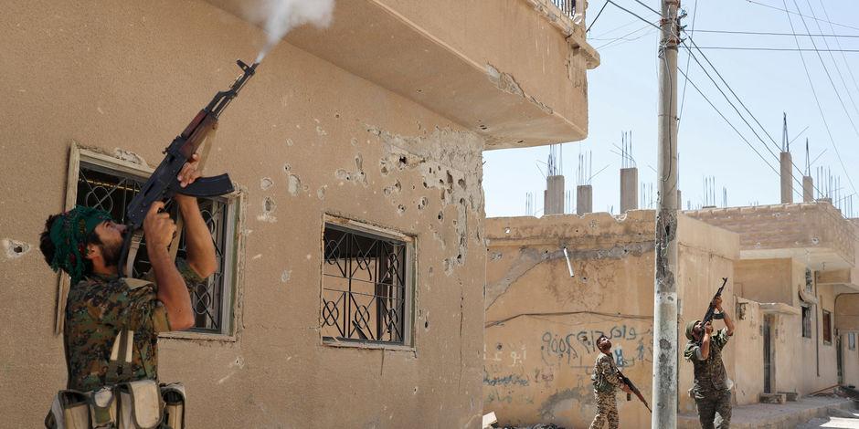 Des combattants kurdes dans la ville de Raqqa en Syrie.