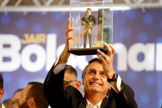 Jair Bolsonaro montre une poupée à son effigie lors d'un meeting à Curitiba, le 29?mars 2018.