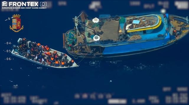 Méditerranée : un bateau de passeurs filmé en train de transborder 81 migrants sur une petite embarcation (MàJ)