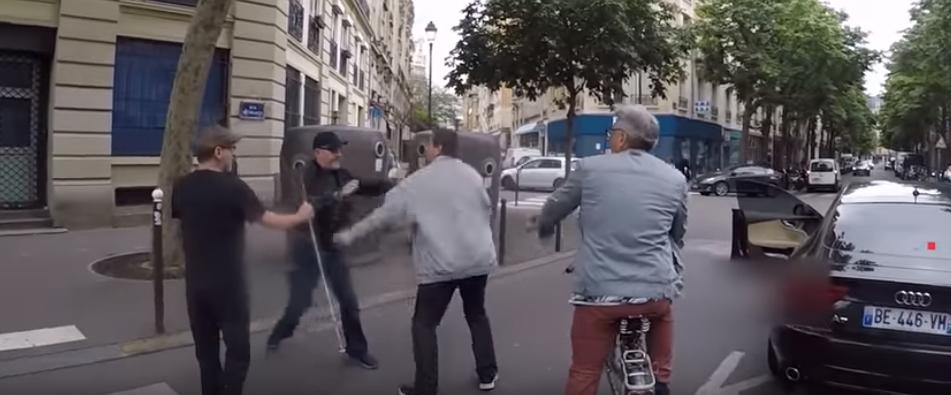 Paris : un chauffard agresse un aveugle et son accompagnateur après avoir failli les percuter