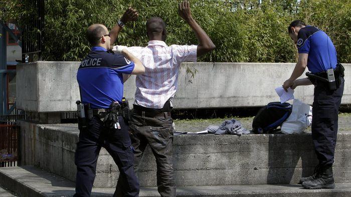 Genève : Afin de combattre les amalgames, une députée de gauche veut interdire la divulgation de la nationalité des délinquants