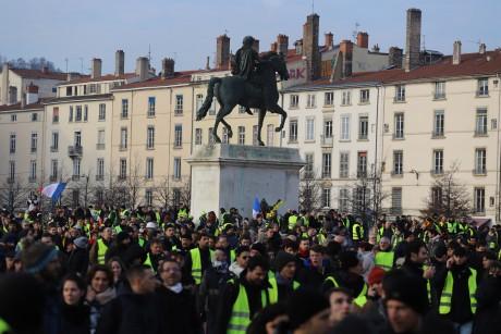 «Gilets jaunes» à Lyon : 8 mois ferme pour avoir caillassé une camionnette de police lors de l'acte 14