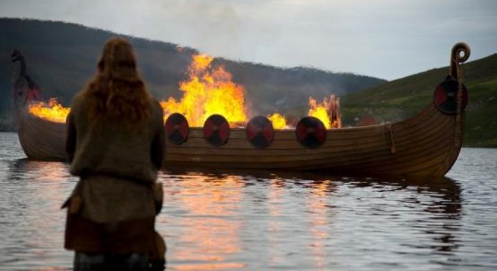 Suède : découverte d'un bateau-tombe et d'un squelette viking très bien préservés