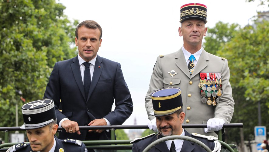 14 juillet : Macron hué par une partie de la foule lors de son passage sur les Champs-Élysées