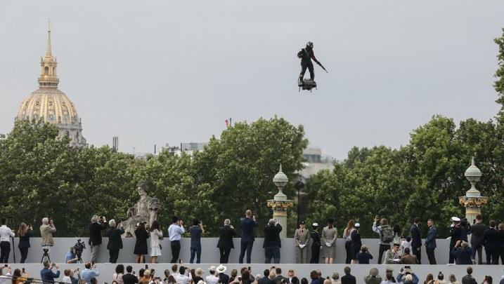 Défilé du 14 juillet : l'homme volant sur son «Flyboard Air» stupéfie les Champs-Elysées