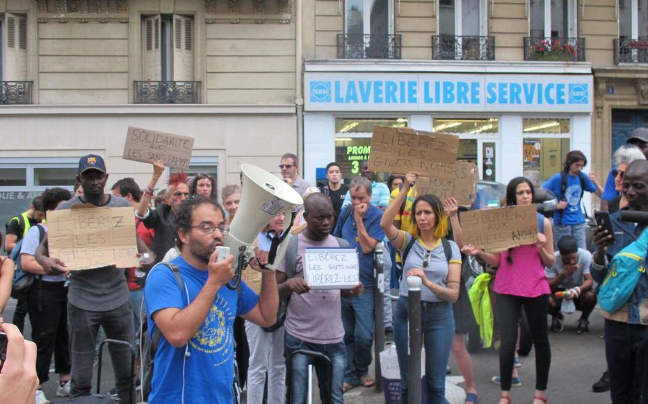 Sans-papiers : après le Panthéon, une manifestation pacifique au commissariat du Ve