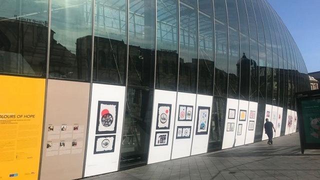 Strasbourg (67) : des œuvres de réfugiées syriennes exposées sur la verrière de la gare