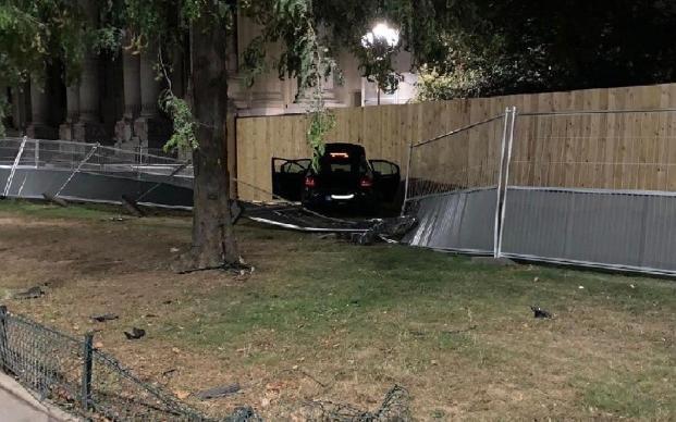 Paris 8ème : Un VTC sans permis et alcoolisé se soustrait à un contrôle routier et traîne un policier sur 200 mètres, le blessant gravement