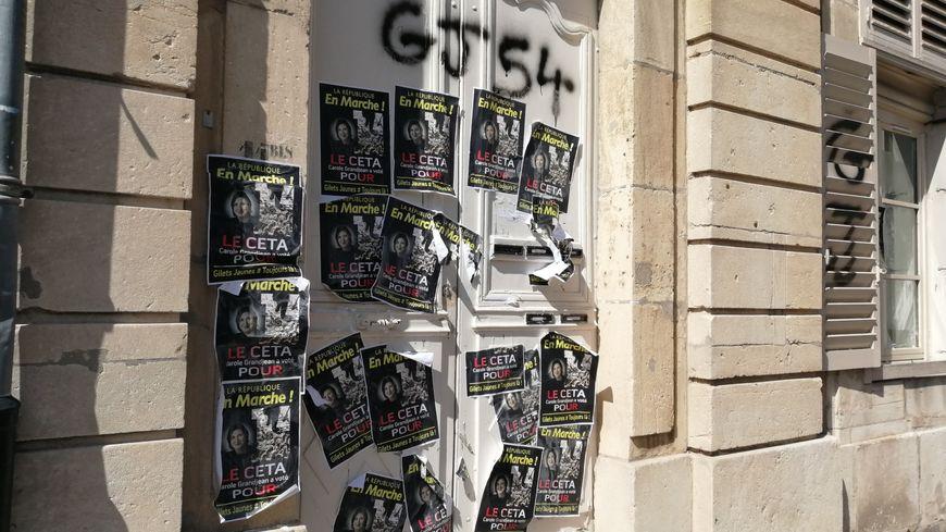 Nancy (54) : la permanence de la députée LREM Carole Grandjean taguée et recouverte d'affiches