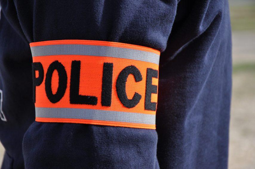 Nantes (44) : un migrant guinéen monte dans un bus avec un couteau de boucher et agresse un policier au visage