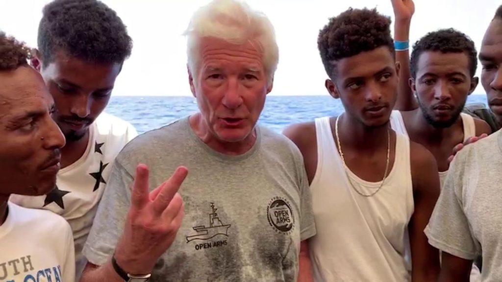 Après avoir milité pour les migrants, Richard Gere profite de la vie sur un yacht de luxe, entouré de jolies filles et de coupes de champagne
