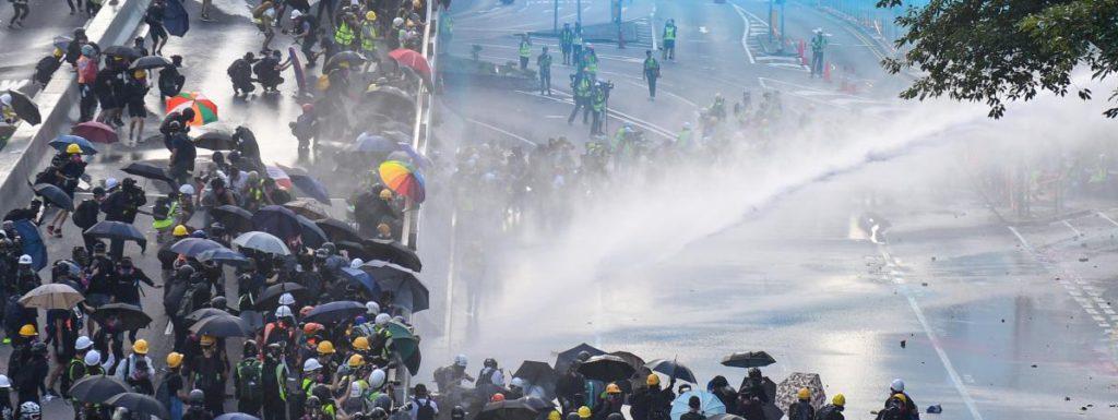 Hong Kong : affrontements entre manifestants et partisans pro-gouvernementaux, canon à eau…