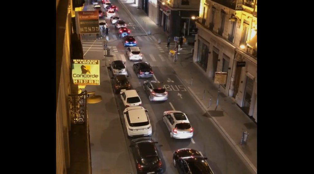 Lyon : excédé par le bruit, un riverain casse un pare-brise, quatre jeunes explosent les portes de l'immeuble et menacent de mort les occupants