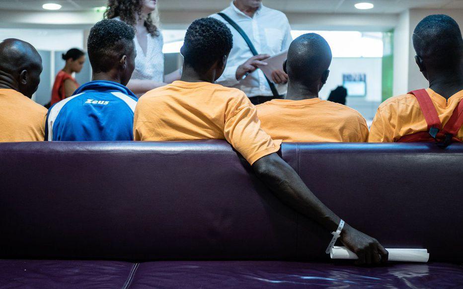 Droit d'asile, AME, flux migratoires : le vrai du faux sur l'immigration en France