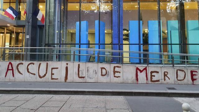 Aide médicale d'État. Des militants pro-migrants taguent le ministère de la Santé