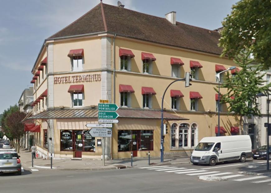 Lons-le-Saunier (39): une femme forcée à ingurgiter de l'ammoniac et poignardée