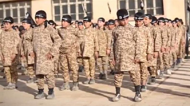 Des familles françaises de djihadistes retenus en Syrie portent plainte contre Le Drian