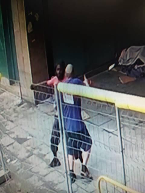 Tras ser reprendido, el agresor se ha dirigido hacia la víctima y le ha asestado varias puñaladas en el costado.