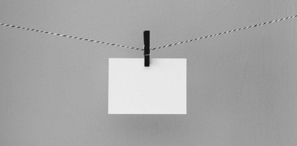 Aucun être humain n'a la couleur véritablement blanche d'une feuille de papier, de même qu'aucune peau n'est noire comme le charbon. | Kelly Sikkemavia Unsplash
