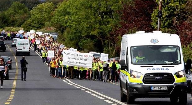 Irlande : 1.500 habitants, portant des gilets jaunes, manifestent contre l'ouverture d'un centre d'accueil pour migrants (MàJ : Vidéos)