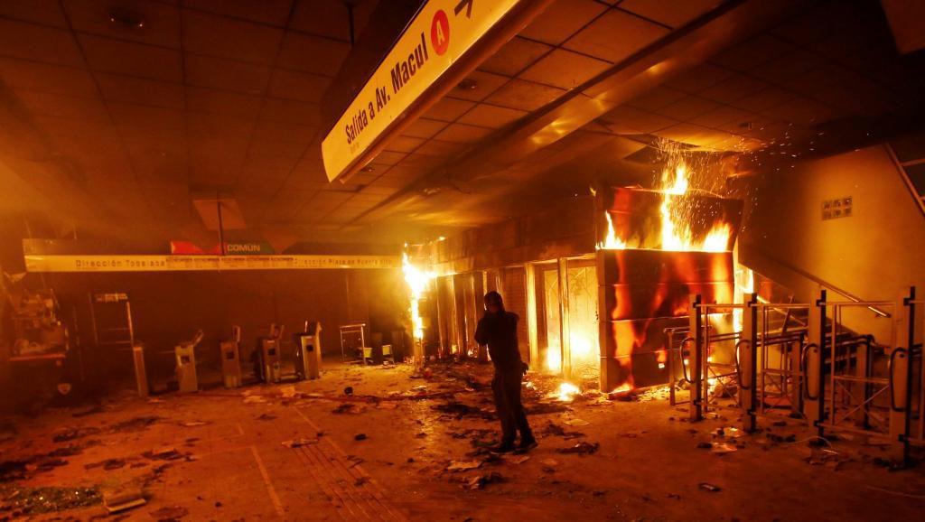 Chili : état d'urgence après de violentes manifestations à Santiago contre l'augmentation des tickets de métro