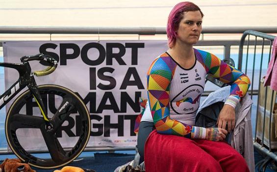 Grande-Bretagne : un Canadien transgenre remporte le championnat du monde de cyclisme sur piste en concourant dans une catégorie féminine