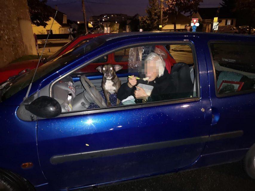 Chelles (77) : Monique, 81 ans, vit dans sa voiture avec son chien, des habitants se mobilisent pour l'aider