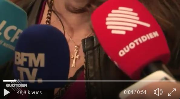 Un journaliste de «Quotidien» (TMC) demande à la députée LR Valérie Boyer de s'expliquer sur sa «grosse croix» en zoomant dessus