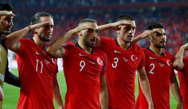 Ce salut militaire de joueurs de l'équipe de Turquie va être «examiné» par l'UEFA