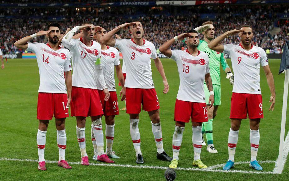 La ministre des sports demande une sanction exemplaire contre la Turquie après le geste des joueurs célébrant le but d'égalisation