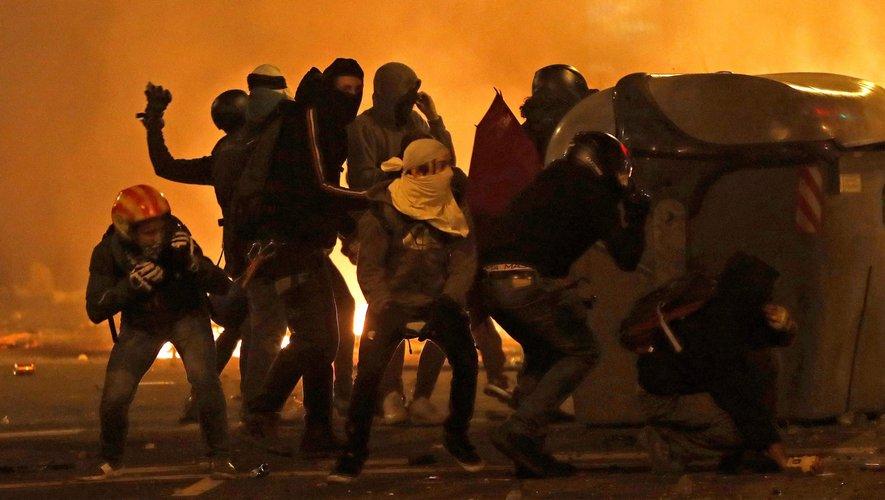 Barcelone : la nuit la plus violente depuis le début des incidents, appels à de nouvelles manifs