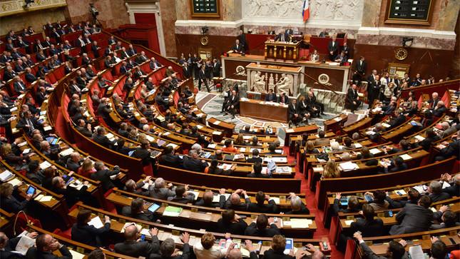 En 2000, un prêtre et une religieuse avaient dû retirer leur croix et leur voile pour s'asseoir dans l'hémicycle de l'Assemblée Nationale