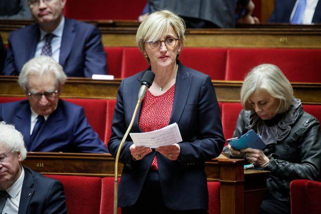 La députée Françoise Dumas (LREM) fait construire sa piscine en s'affranchissant des règles d'urbanisme et en empiétant sur un terrain municipal