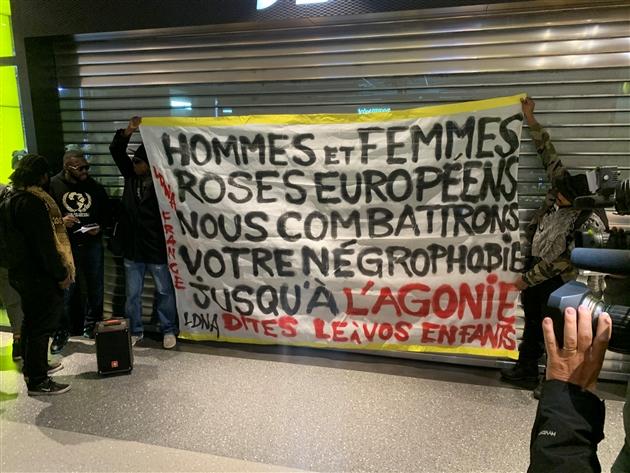 Propos racistes d'une vendeuse de JD Sports à Liège: rassemblement devant le magasin (Photos)