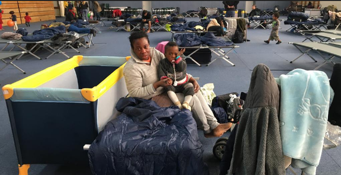 Paris XVIe : au gymnase Jean Bouin, l'attente et les espoirs des migrants évacués du nord de la capitale