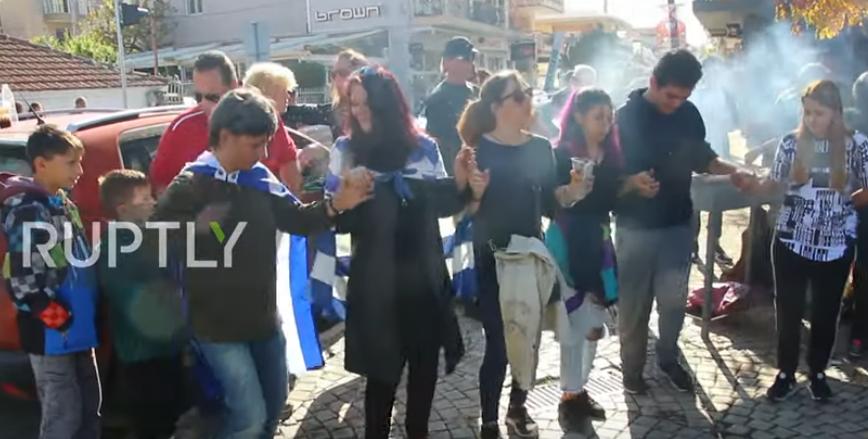 Grèce : un barbecue «porc et vin à volonté» organisé près d'un camp de migrants, en signe de protestation