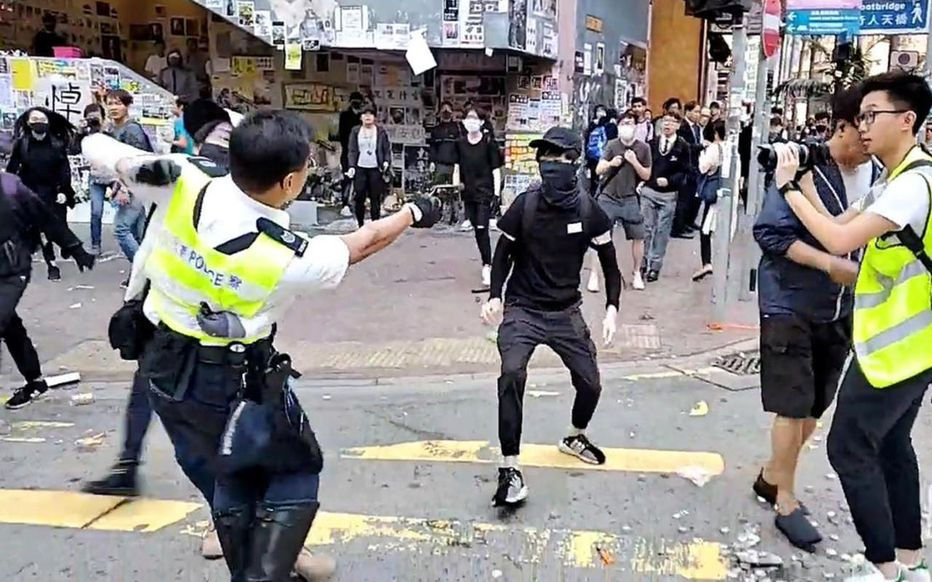 Hong Kong : un manifestant blessé par un tir à balle réelle de la police