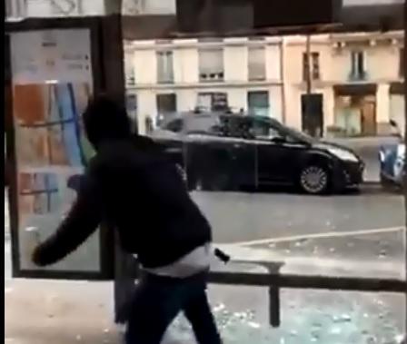 Paris : La vidéo de black-blocs tentant de briser en vain un abribus fait le buzz sur internet