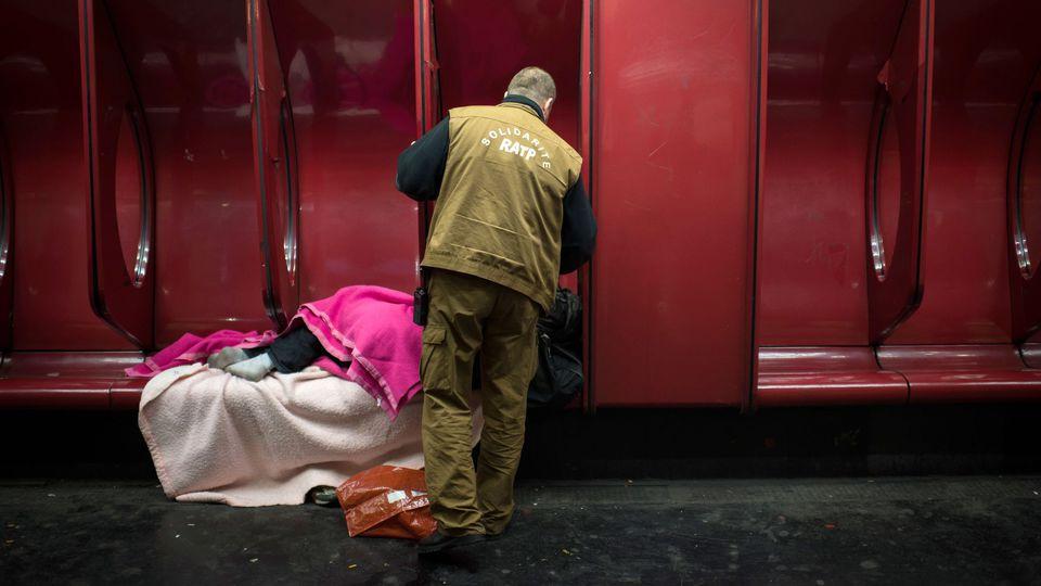 De plus en plus de SDF réfugiés dans le métro sont des travailleurs pauvres