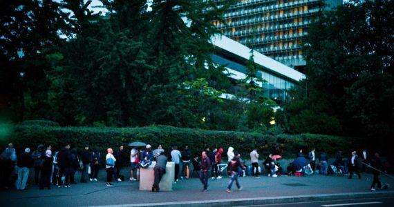 Nanterre, le 8 août 2017. Nuit devant la préfecture de police de Nanterre avec les personnes en attente de renouvellement de leur titre de séjour et autres démarches.