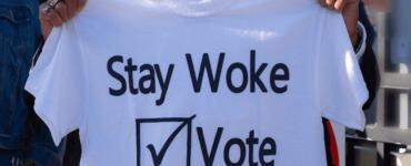 Comment le mot « woke » est devenu une arme pour torpiller les militants anti-discriminations