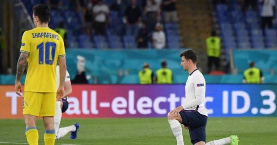 Des sifflets pour le genou à terre des Anglais à Rome avant de défier l'Ukraine