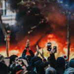 « Sales flics! Vous êtes morts! Crevez! », une cinquantaine de black blocs armés encerclent des policiers et empêchent une interpellation